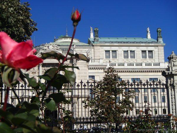 Виена Бургтеатър от Фолксгартен